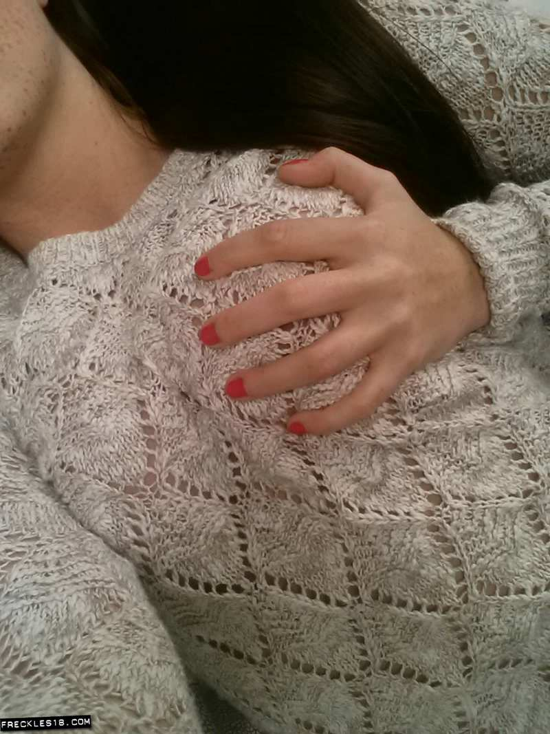 Atractiva pecosa veinteañera haciéndose selfies: qué morbo!