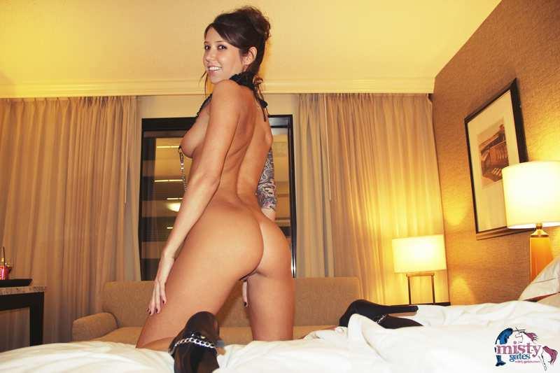 Su novio le hace fotos antes de follarla duro en un hotel