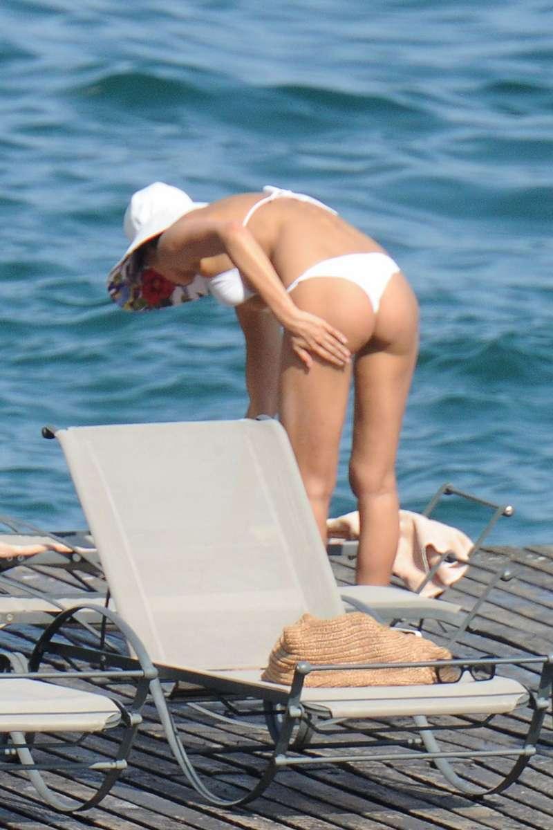 La espectacular Irina Shayk muy sexy en bikini blanco ajustado