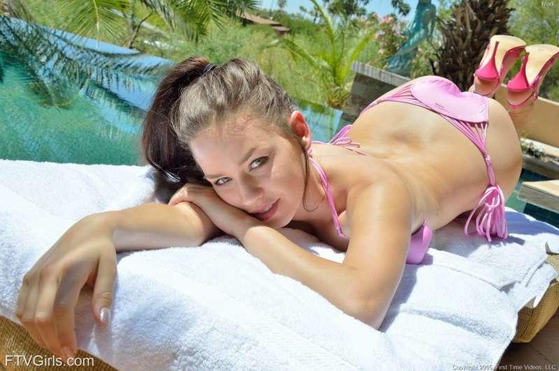 Zorrita veinteañera se mete el bikini y una manguera de agua