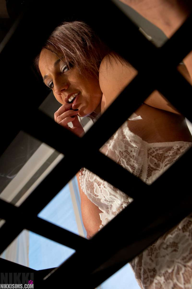 Fotos de Nikki Sims super sexy con tanga y picardias blanco