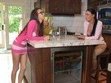 Madre e hija van a terminar comiéndose los coños