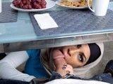 La musulmana se mete por debajo de la mesa y me la chupa