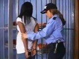 La policía abusa de la reclusa negra en los calabozos