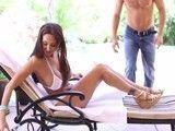 La señora esta tomando el sol y el jardinero le va a dar crema