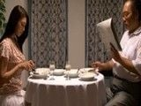 Cena con su viejo marido pero piensa en su cuñado