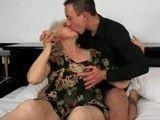 Paso una tarde de sexo duro con mi abuela, que morbo