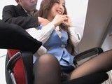 Secretaria japonesa es manoseada por dos compañeros
