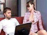 El novio esta viendo porno y eso a la chica le excita