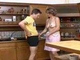 Madre e hijo acaban tonteando en la cocina de casa
