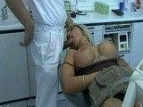 El dentista la duerme, le pone la polla en la boca y se la folla