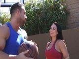 Juega al baloncesto con el hijo de su mejor amiga