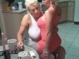 Después de cenar las dos maduras se comen el coño