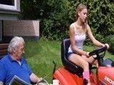 El abuelo no le quita ojo a su dulce nietecita de 20 años