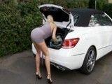 Ayudo a la vecina a sacar las maletas de su coche