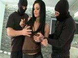 Dos atracadores abusan de ella en los servicios de señoras