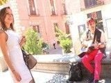 Milf española se acaba follando a un músico callejero