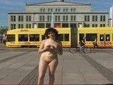Dos exhibicionistas se pasean desnudas por la calle