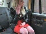 El taxista intenta ligar y follar con una clienta casada