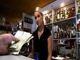 Le ofrecen dinero a una camarera por dejarse follar