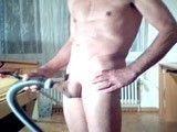 Gay vicioso se hace una paja con la aspiradora: para flipar!