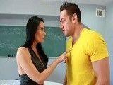 La profesora está cachonda, se quiere follar a su alumno