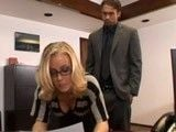 La sexy Nicole Aniston haciendo de secretaria guarrona