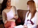 Una reunión normal acaba en una escena de sexo lesbico