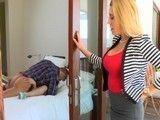Pilla a la hija en su habitación follando con el novio