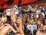 Las chicas se desmadran en la fiesta de cumpleaños...