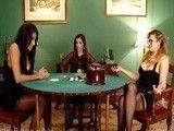 Tres amigas que se juegan a las cartas una sesión de sexo duro