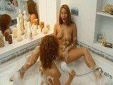 Dos pelirrojas dándose y disfrutando de un buen baño!