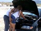 El coche la deja tirada, siempre hay alguien que te ayuda