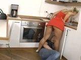 Le paga al fontanero con el jugo de su propio coño