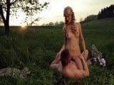Romántica follada al atardecer en mitad del campo