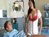 La enfermera sexy le cura con un buen polvazo
