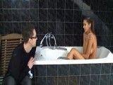 ¡Pero que haces aquí joder, que me estoy duchando!