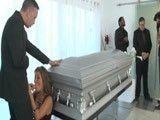 El marido recién fallecido y ella ya se la está chupando a otro