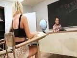 La zorra viciosa de su alumna no lleva bragas...