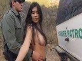 El policía mete mano a la joven colombiana que no se resiste