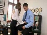 Mi secretaria vino al despacho con ganas de una buena follada
