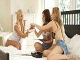 Las mejores amigas siempre follan juntas en sus reuniones