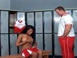 El entrenador se metió en el vesturario de las chicas...