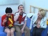 Los chupitos con su suegra acaban en un trio incestuoso