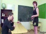 Profesora MILF motiva a un alumno dejándole lamer su coño
