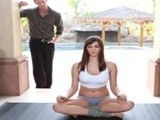Mientras hace yoga su cuñado no la quita ojo de encima