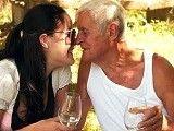 La nieta deja tener sexo con el abuelo a cambio de dinero