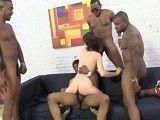 Nikita Belluci hace un gangbang interracial con cuatro negros