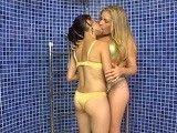 Una ducha muy intima entre dos buenas amigas y cachondas