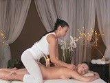 La masajista sabe muy bien donde tocar a esta clienta..
